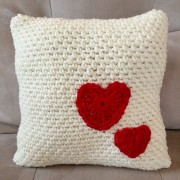 crochet pattern decorative pillow with red hearts
