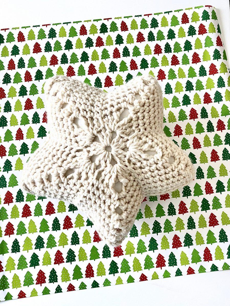 Star Throw Pillow crochet pattern by Little Monkeys Designs – star pillow crochet pattern
