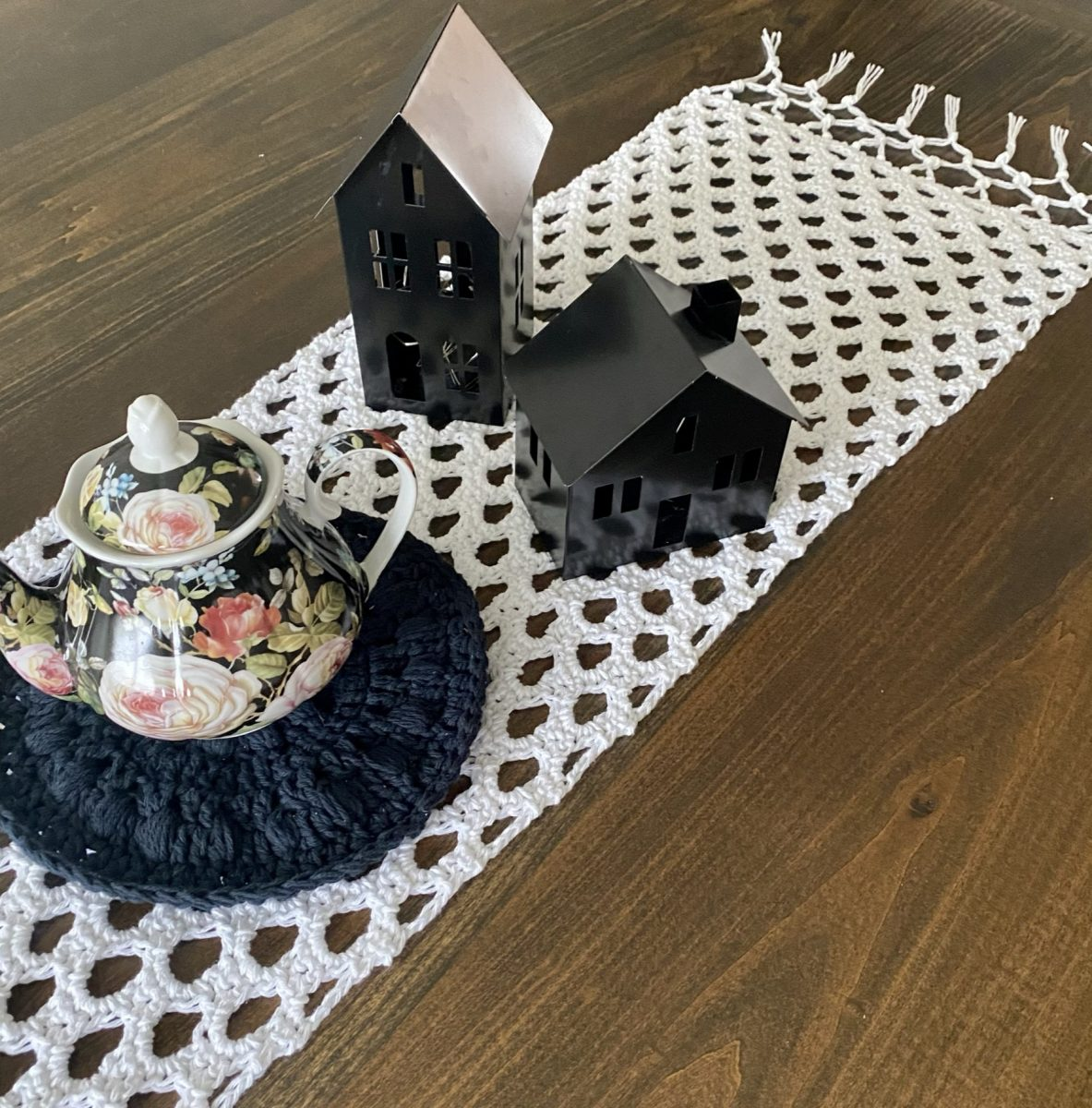 Honeycomb Table Runner crochet pattern by Little Monkeys Designs – easy crochet pattern